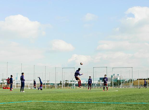 """チーム練習の後、サッカーが日々の生活に根差したブラジル発祥の""""ストリート""""を個々で行うのが興國のルーティーン。数十分の間はドリブルやシュート、対面のロングパスなどのメニューをこなしてもよく、選手の自主性を伸ばすため監督はあえて口を挟まないそう。"""