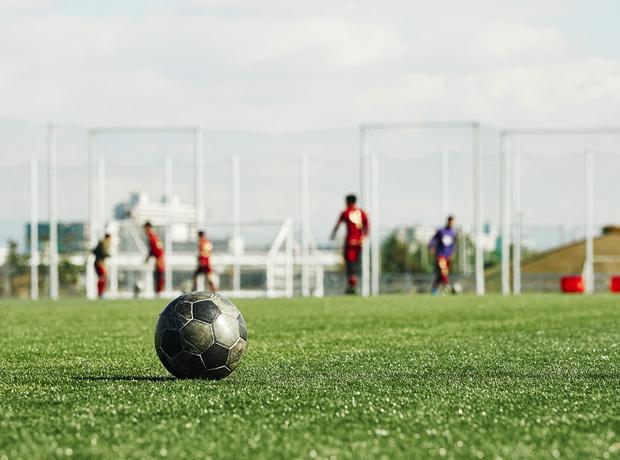 脳に刺激を与え技術習得を促進するため、トレーニング内容によってボールの大きさや空気圧を変えている。確かに高校生が使用する同じ5号球でも、足や頭などインパクトの音を聴くと空気がパンパンに入っているのがわかる。